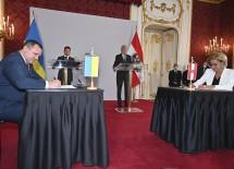 Vasyl Volodin, Regionspräsident Kiew, und Landeshauptfrau Johanna Mikl-Leitner bei der Unterzeichnung des Abkommens. Im Hintergrund Bundespräsident Alexander Van der Bellen und der ukrainische Präsident Wolodymyr Selenskyj