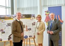 Großschönau vertritt Niederösterreich beim Europäischen Dorferneuerungspreis (von links): Bürgermeister Martin Bruckner, Landeshauptfrau Johanna Mikl-Leitner und Landeshauptmann a. D. Erwin Pröll.