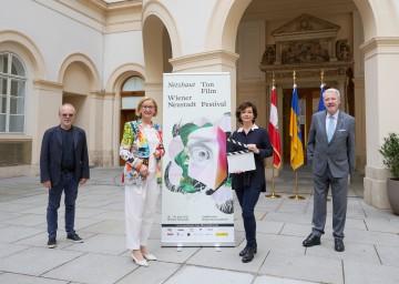 """Präsentierten das Programm des """"Netzhaut – Ton-Film-Festival 2021"""":  Fabian Eder,  Landeshauptfrau Johanna Mikl-Leitner, Katharina Stemberger und Bürgermeister Klaus Schneeberger (v.l.n.r.)<br />"""