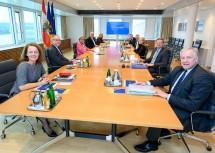 """Die Leiterin der Abteilung Wissenschaft und Forschung, Martina Höllbacher (rechts, Mitte), diskutierte mit den Mitglieder der NÖ Landesregierung die neue """"FTI-Strategie"""" des Landes."""