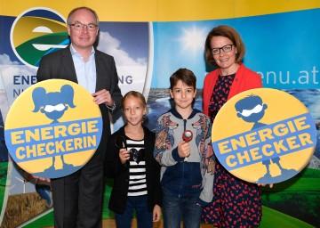 Jugendliche auf Energie-Mission: LH-Stellvertreter Stephan Pernkopf, Landesrätin Christiane Teschl-Hofmeister mit Kindern aus Hadersdorf-Kammern