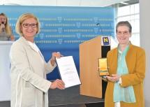 Landeshauptfrau Johanna Mikl-Leitner überreichte Dorothea Seiferth ein Landesehrenzeichen